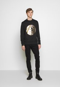 Versace Jeans Couture - CREW WITHOUT THE 'BE BAROQUE' PATCH - Sweat à capuche - black - 1