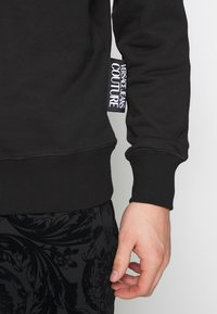 Versace Jeans Couture - CREW BASIC LOGO EMBROIDERED - Sweater - black - 3