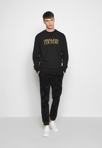 Versace Jeans Couture - CREW BASIC LOGO EMBROIDERED - Sweater - black - 1
