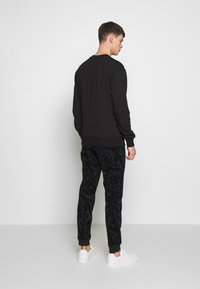 Versace Jeans Couture - CREW BASIC LOGO EMBROIDERED - Sweater - black - 2