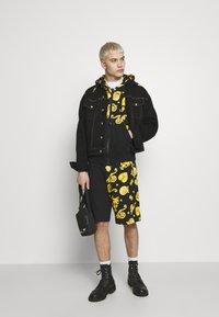 Versace Jeans Couture - ZIP HOODIE GIOIELLI PRINT - Hoodie met rits - black - 1