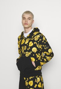 Versace Jeans Couture - ZIP HOODIE GIOIELLI PRINT - Hoodie met rits - black - 0