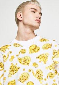 Versace Jeans Couture - GIOIELLI PRINT ALLOVER - Sweatshirt - white - 4
