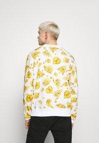 Versace Jeans Couture - GIOIELLI PRINT ALLOVER - Sweatshirt - white - 2