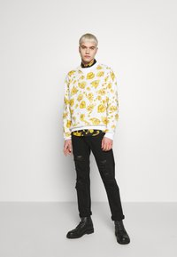 Versace Jeans Couture - GIOIELLI PRINT ALLOVER - Sweatshirt - white - 1