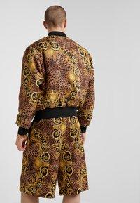 Versace Jeans Couture - GIUBBETTI UOMO - Bomber bunda - gold - 2