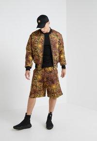 Versace Jeans Couture - GIUBBETTI UOMO - Bomber bunda - gold - 1