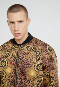 Versace Jeans Couture - GIUBBETTI UOMO - Bomber bunda - gold - 4