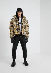 Versace Jeans Couture - CAPOSPALLA - Bunda zprachového peří - nero - 1