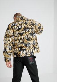 Versace Jeans Couture - CAPOSPALLA - Bunda zprachového peří - nero - 2