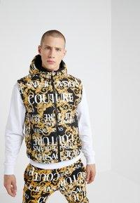 Versace Jeans Couture - REVERSIBLE VEST BAROQUE - Veste sans manches - nero - 0