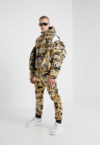 Versace Jeans Couture - REVERSIBLE VEST BAROQUE - Waistcoat - nero - 1