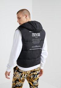 Versace Jeans Couture - REVERSIBLE VEST BAROQUE - Waistcoat - nero - 3