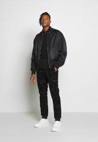 Versace Jeans Couture - REVERSIBLE BOMBER - Bomberjacka - black - 1