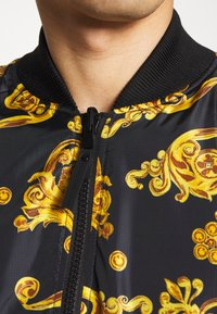 Versace Jeans Couture - ALLOVER GIOIELLI REVERSIBLE - Summer jacket - black - 8