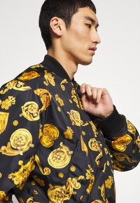 Versace Jeans Couture - ALLOVER GIOIELLI REVERSIBLE - Summer jacket - black - 6