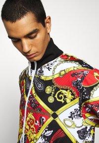 Versace Jeans Couture - PRINT BELT PAISLE - Bomberjacks - rosso - 3
