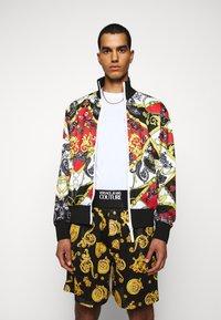 Versace Jeans Couture - PRINT BELT PAISLE - Bomberjacks - rosso - 0