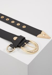 Versace Jeans Couture - HORSESHOE BUCKLE STUDDED BELT - Pásek - black - 2