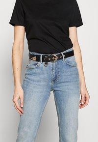 Versace Jeans Couture - HORSESHOE BUCKLE STUDDED BELT - Pásek - black - 1