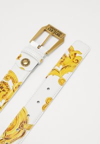 Versace Jeans Couture - BAROQUE PRINT PATENT BELT - Pásek - white/gold-coloured - 3