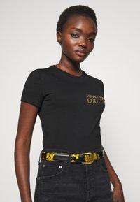 Versace Jeans Couture - BAROQUE PRINT PATENT BELT - Riem - nero/oro - 1