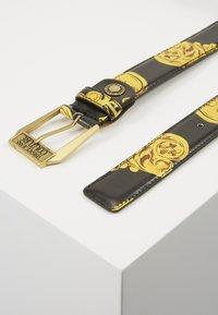 Versace Jeans Couture - BAROQUE PRINT PATENT BELT - Riem - nero/oro - 2