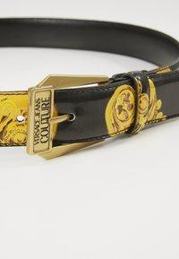 Versace Jeans Couture - BAROQUE PRINT PATENT BELT - Riem - nero/oro - 5