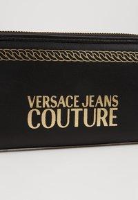 Versace Jeans Couture - PRINT WALLET - Portefeuille - black - 2