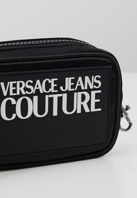 Versace Jeans Couture - TAB SMALL COIN WALLET - Geldbörse - black - 2