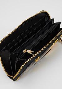 Versace Jeans Couture - PATENT BAROQ ZIP AROUND PURSE - Portemonnee - nero/oro - 5