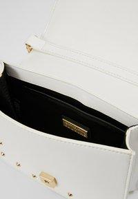 Versace Jeans Couture - STUDS SMALL SHOULDER BAG - Taška spříčným popruhem - bianco ottico - 4