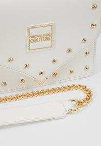 Versace Jeans Couture - STUDS SMALL SHOULDER BAG - Taška spříčným popruhem - bianco ottico - 6
