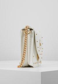 Versace Jeans Couture - STUDS SMALL SHOULDER BAG - Taška spříčným popruhem - bianco ottico - 3