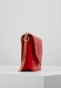 Versace Jeans Couture - STUDS SMALL SHOULDER BAG - Schoudertas - rosso - 3