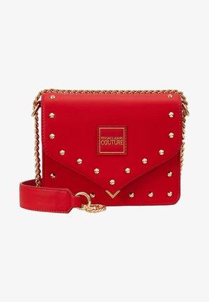 STUDS SMALL SHOULDER BAG - Taška spříčným popruhem - rosso