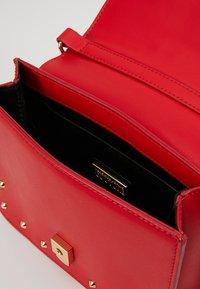Versace Jeans Couture - STUDS SMALL SHOULDER BAG - Schoudertas - rosso - 4