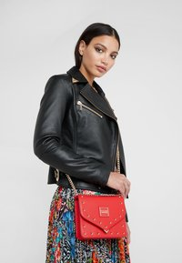 Versace Jeans Couture - STUDS SMALL SHOULDER BAG - Schoudertas - rosso - 1