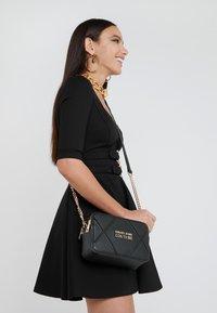 Versace Jeans Couture - DOUBLE ZIP CROSSBODY PATNET - Schoudertas - nero - 1