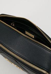 Versace Jeans Couture - DOUBLE ZIP CROSSBODY PATNET - Schoudertas - nero - 4