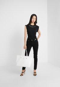 Versace Jeans Couture - SHOPPER - Bolso shopping - bianco ottico - 1