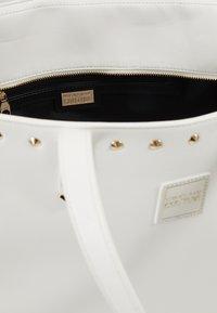 Versace Jeans Couture - SHOPPER - Bolso shopping - bianco ottico - 4