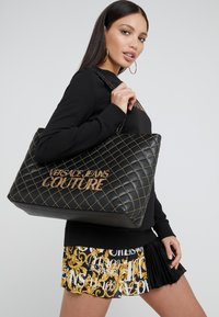 Versace Jeans Couture - SHOPPER QUILTED - Cabas - nero - 1