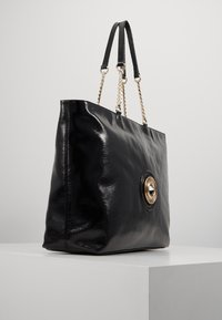Versace Jeans Couture - ROUND BUTTON PATENT - Shopping bag - nero - 3
