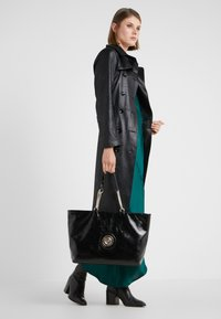 Versace Jeans Couture - ROUND BUTTON PATENT - Shopping bag - nero - 1