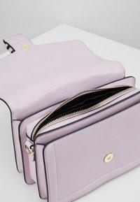 Versace Jeans Couture - LOGATA BUCKLE - Umhängetasche - wisteria - 4