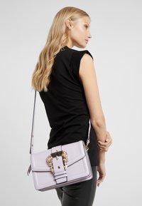Versace Jeans Couture - LOGATA BUCKLE - Umhängetasche - wisteria - 1