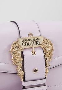 Versace Jeans Couture - LOGATA BUCKLE - Umhängetasche - wisteria - 6
