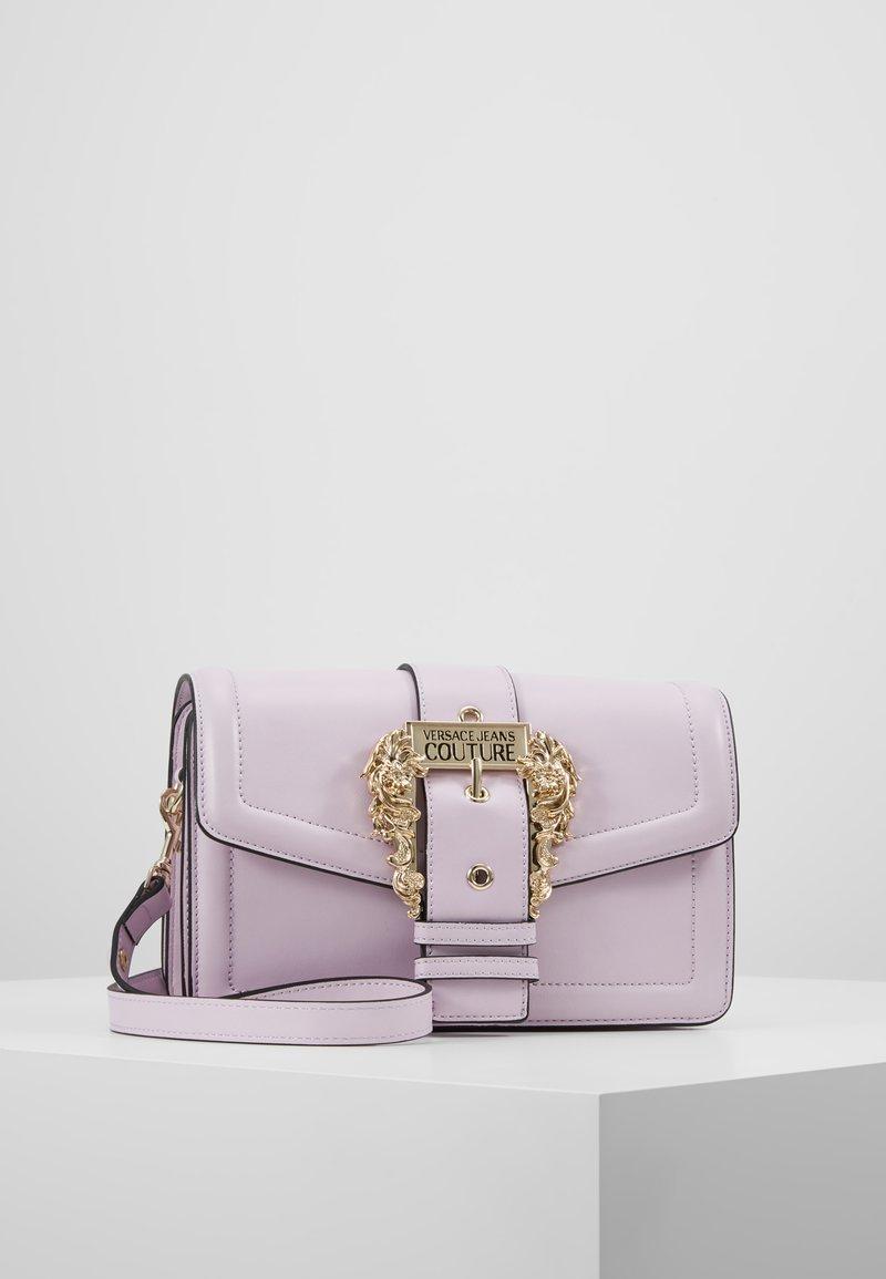 Versace Jeans Couture - LOGATA BUCKLE - Umhängetasche - wisteria