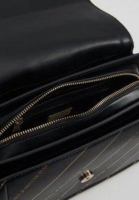 Versace Jeans Couture - LOGATA BUCKLE - Schoudertas - black - 4